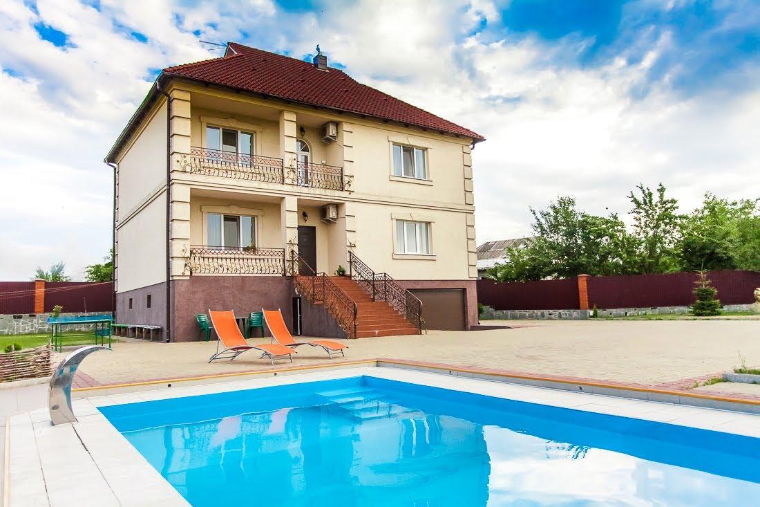 Современный плавательный бассейн для дома
